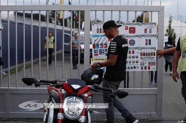 Lewis Hamilton présente la nouvelle MV Agusta Dragster RR