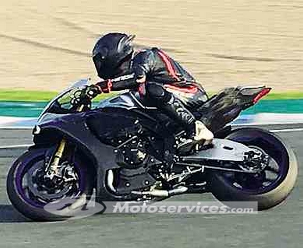 Lewis Hamilton roule à moto à Jerez et va dans le décor !