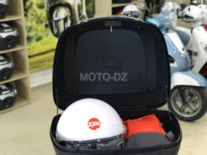 Un top-case SYM de 40 litres à 9.000 dinars (dosseret inclus)